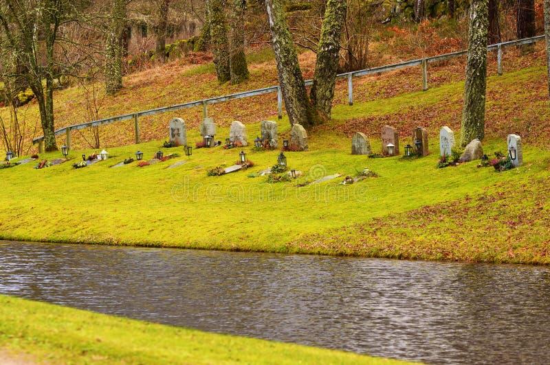 Begraafplaats door het water stock afbeelding