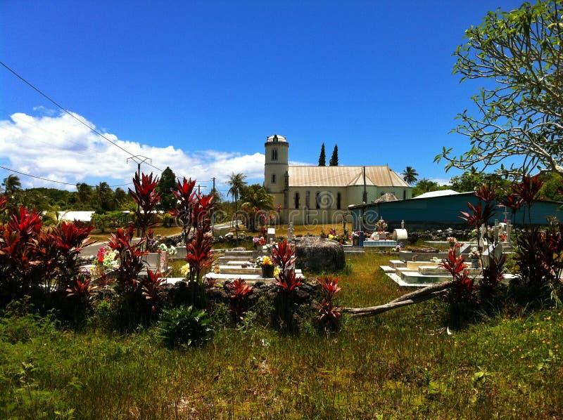 Begraafplaats en Katholieke kerk op tropisch Lifou-Eiland Nieuw-Caledonië royalty-vrije stock afbeelding