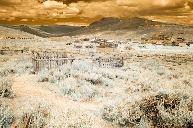 Begraafplaats en stad in Lichaam, Californië in infrared royalty-vrije stock fotografie