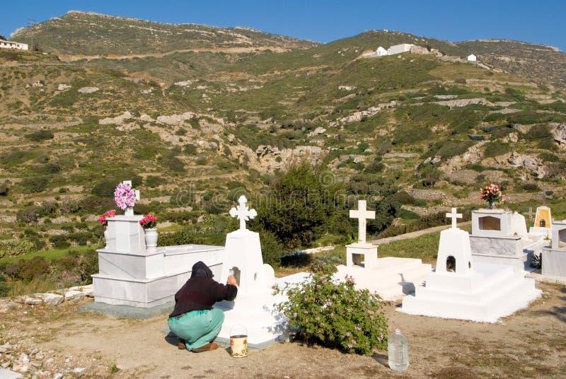 Begraafplaats het schoonmaken vóór Pasen in het dorp van het eiland Griekenland van Olympos Karpathos stock afbeeldingen