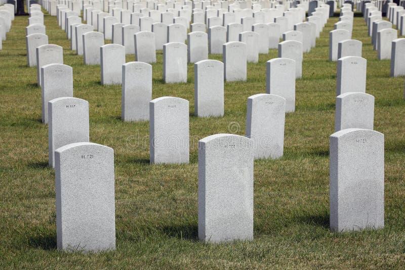 Begraafplaats met Kleine Genummerde Grafstenen stock afbeeldingen