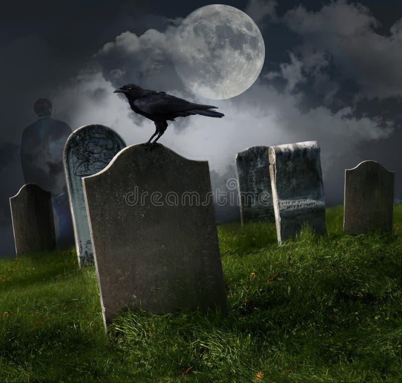 Begraafplaats met oude grafzerken en maan stock foto's