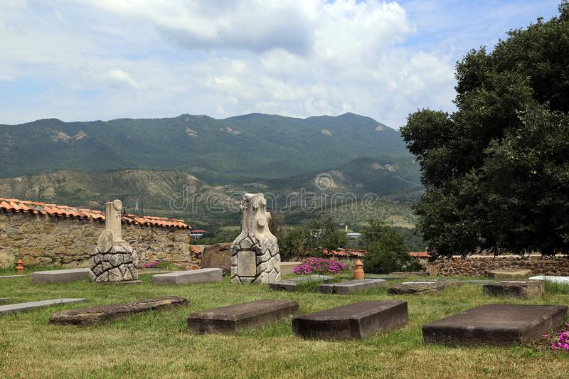 Begraafplaats op het grondgebied van het klooster van St Nina in de stad van Mtskheta, Georgië royalty-vrije stock afbeelding