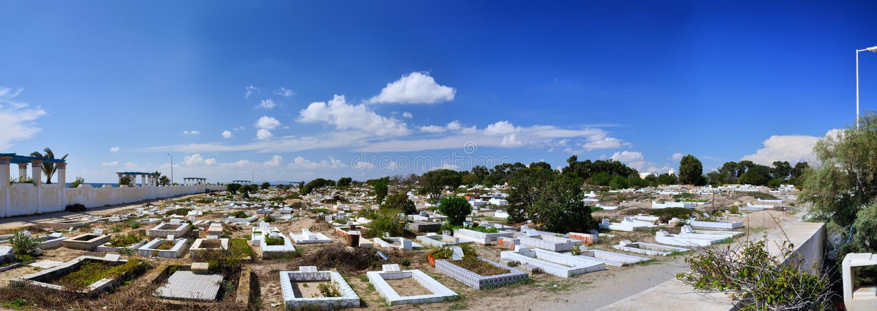 Begraafplaats op steenachtig strand van oude Medina, Hammamet, Tunesië, Medite stock foto's
