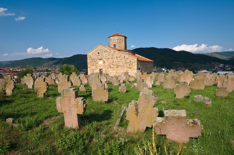 Begraafplaats van Servische Orthodoxe Kerk van Heilige Apostelen in Novi Pazar, Servië stock foto's
