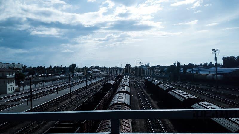 Begraafplaats van treinen op de sporen stock fotografie