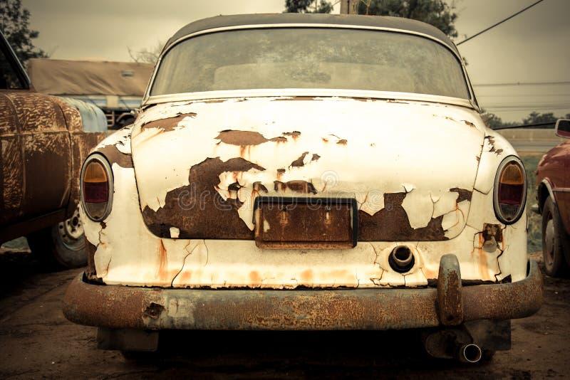 Begraafplaatsauto, Verlaten oude auto in garage royalty-vrije stock foto's