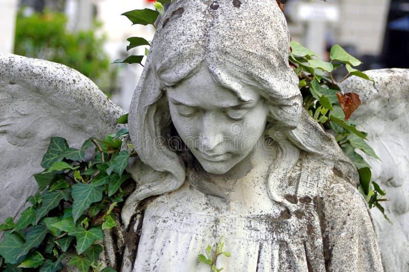 Begraafplaatsstandbeeld van een engel stock afbeelding