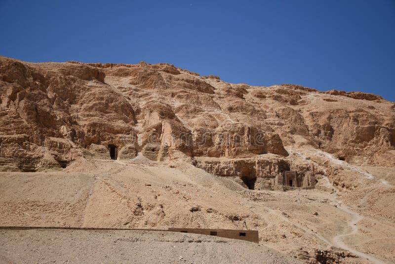 Begrafenis samen met Tempel van Hatshepsut stock foto