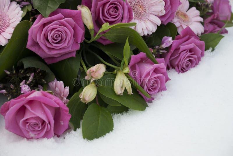 Begrafenisbloemen in de sneeuw op een begraafplaats royalty-vrije stock fotografie