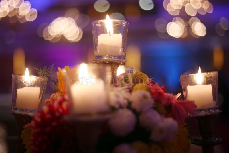 Begrafeniskaarslampen bij nacht stock foto's