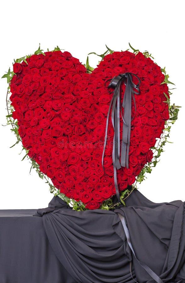 Begrafeniskroon van rode rozen in de vorm van een hart royalty-vrije stock afbeeldingen