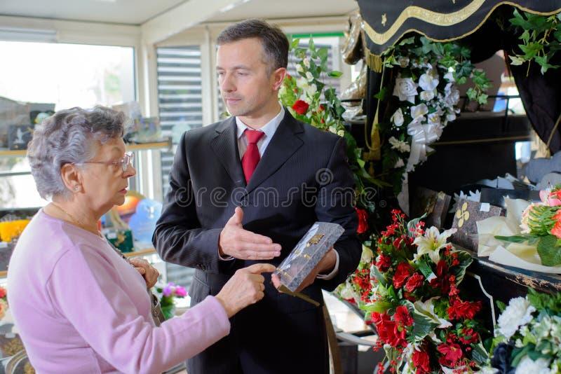 Begrafenisondernemer die vrouw herdenkingsplaque tonen royalty-vrije stock fotografie