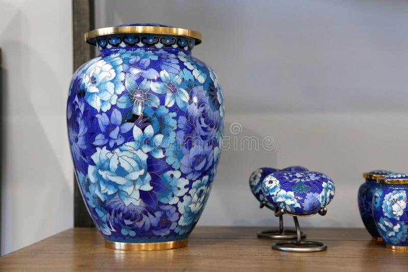 Begrafenisurnen of crematie traditionele urnen voor gedenktekens stock afbeelding