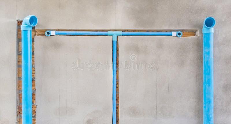 Begrava ett pvc-rör i väggen arkivbilder