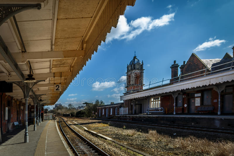Begrava järnvägsstationen för St Edmunds i en solig dag arkivbilder