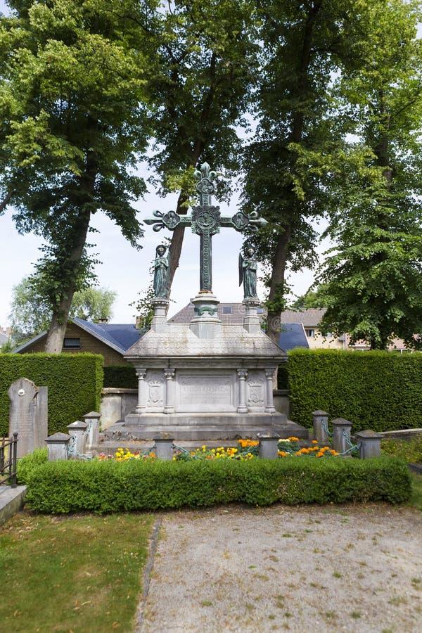 Begravnings- arkitektur i central kyrkog?rd av Bruges Assebroek arkivbilder