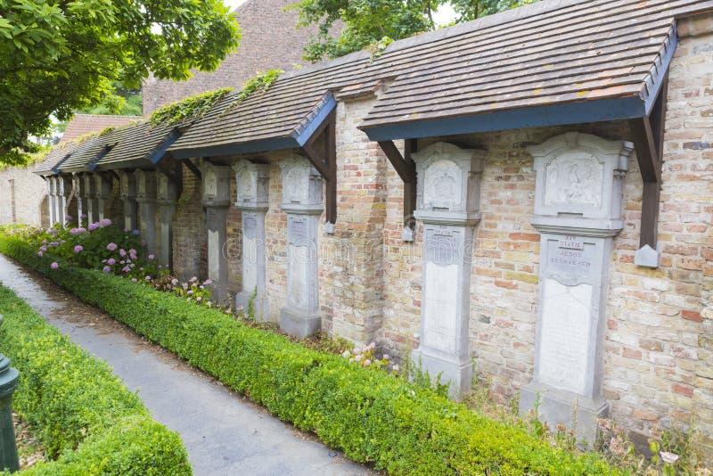 Begravnings- arkitektur i central kyrkog?rd av Bruges Assebroek royaltyfri fotografi
