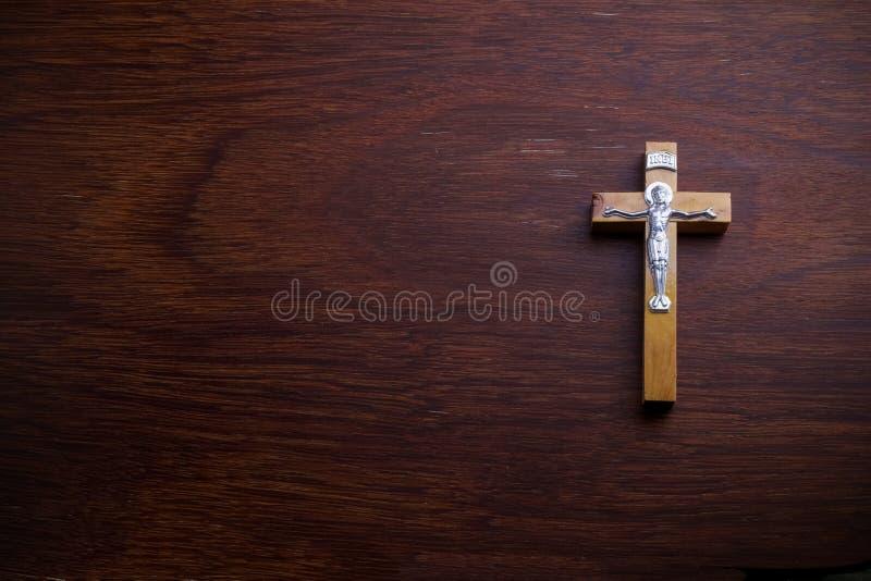 Begravnings- begrepp Träkors på mörkt träutrymme för kopia för bästa sikt för bakgrund royaltyfria bilder