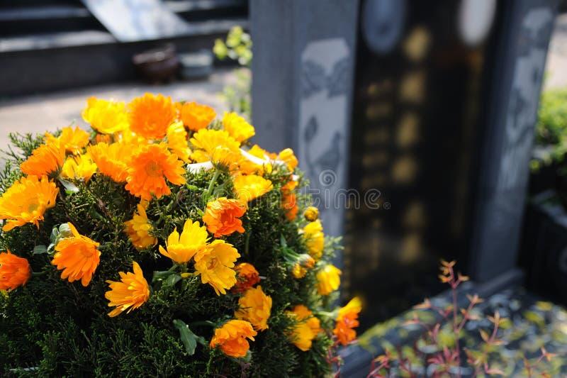 Begravnings- blommor för beklagande royaltyfri bild