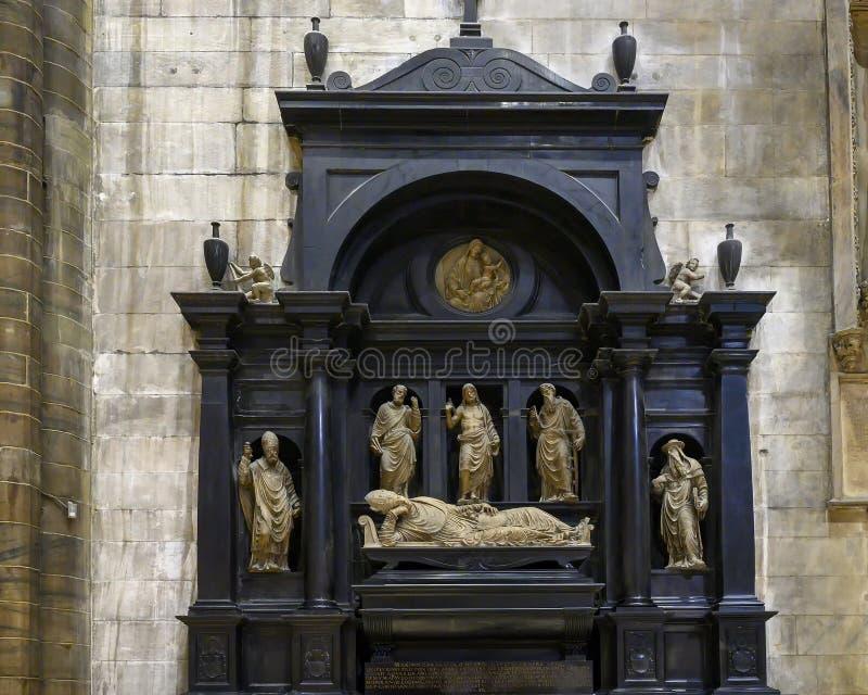 Begravnings- monument av kardinalen Marino Caracciolo av Agostino Busti i Milan Cathedral, Milan, Italien fotografering för bildbyråer