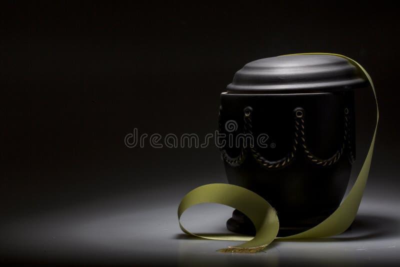 Begravnings- sörjande urna, för dödsruna royaltyfria foton