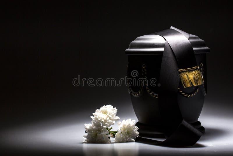 Begravnings- sörjande urna, för dödsruna royaltyfri fotografi