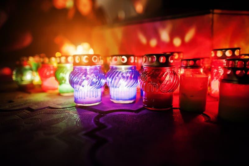 Begravnings- stearinljuslampor på natten arkivbild