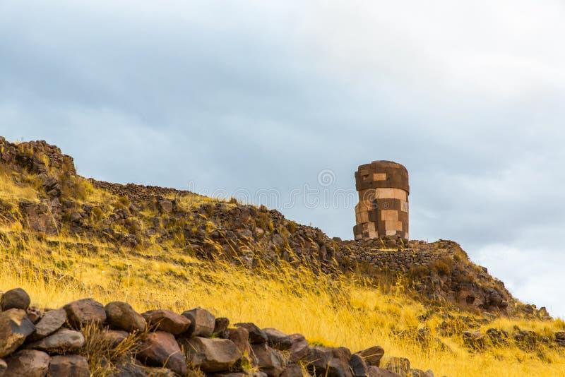 Begravnings- torn i Sillustani, Peru, södra den förhistoriska Amerika incaen fördärvar nära Puno arkivfoto