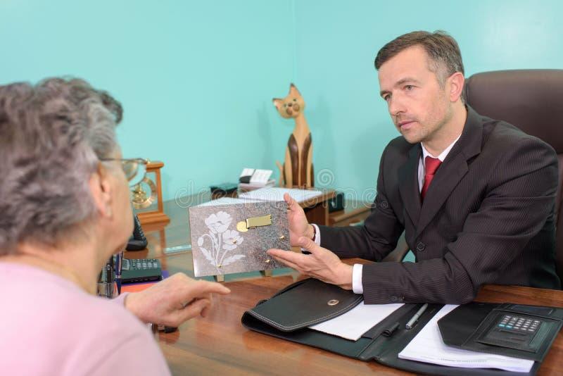 Begravningsentreprenörvisningplatta till den äldre damen royaltyfria foton