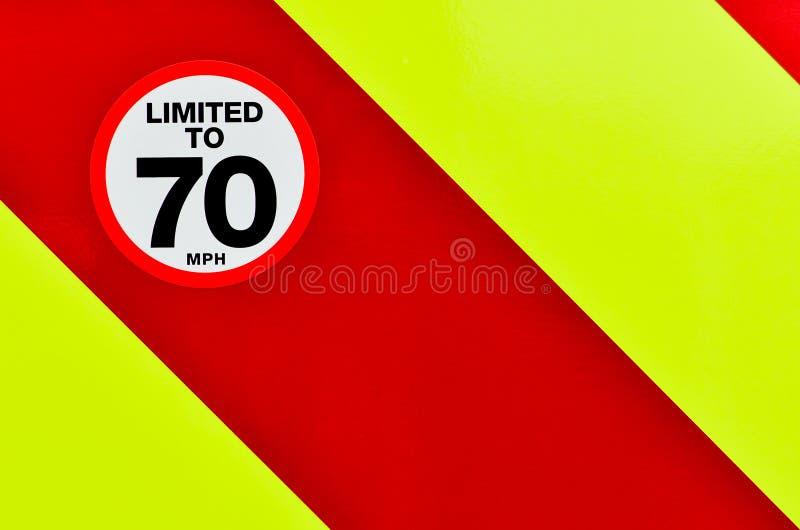 Begrenztes Zeichen der Geschwindigkeit auf der Rückseite eines Fahrzeugs lizenzfreie stockfotos