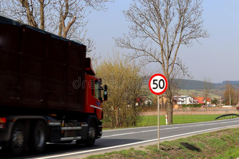 Begrenzung der Geschwindigkeit des Verkehrs zu 50 km/h Verkehrsschild auf der Autobahn Sicherheit des Verkehrs Bewegungstransport stockbild