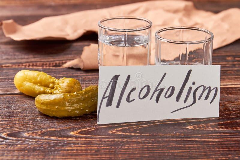 Begrepp av alkoholism, tappningtabell royaltyfri fotografi