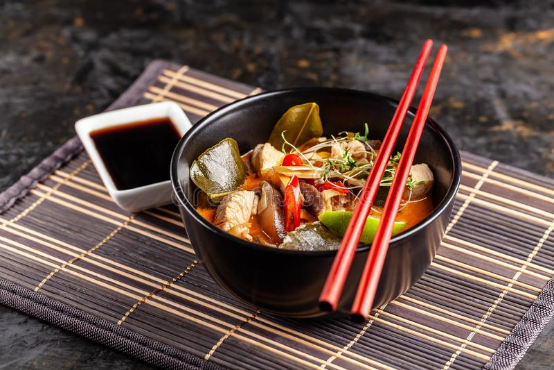 Begrepp av asiatisk kokkonst Den thailändska soppaTom sötpotatisen av feg buljong och kokosnöten mjölkar, champinjoner, höna, chi arkivbild