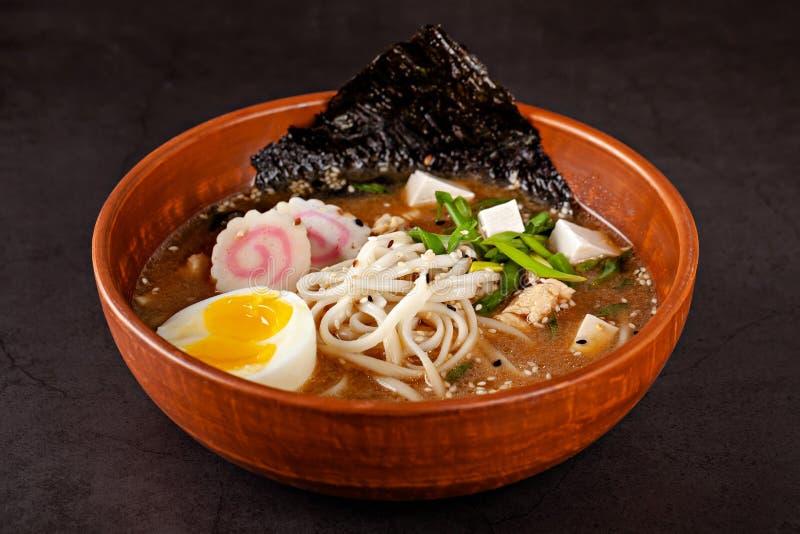 Begrepp av asiatisk kokkonst Japansk ramensoppa med nudlar, ägg, tofu, nori, i en japansk maträtt Närbildkopieringsutrymme fotografering för bildbyråer