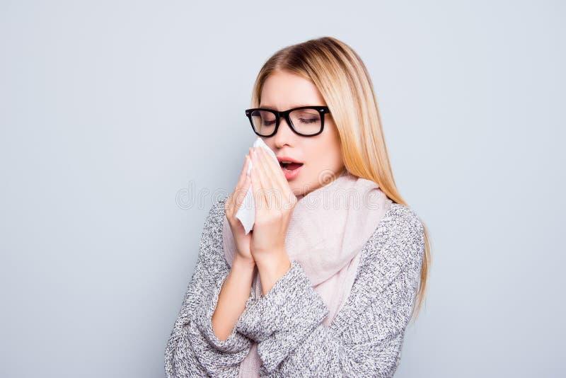 Begrepp av att fånga en förkylning i höst Slut upp ståenden av barn arkivbilder