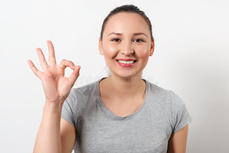 Begrepp av att ha naturlig sk?nhet Nära övre stående av den attraktiva lyckliga upphetsade kvinnan med stråla leende, ren hud och arkivfoto