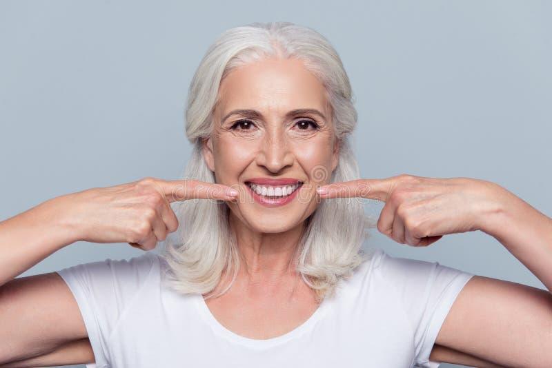 Begrepp av att ha starka sunda raka vita tänder på gamlingen arkivbilder