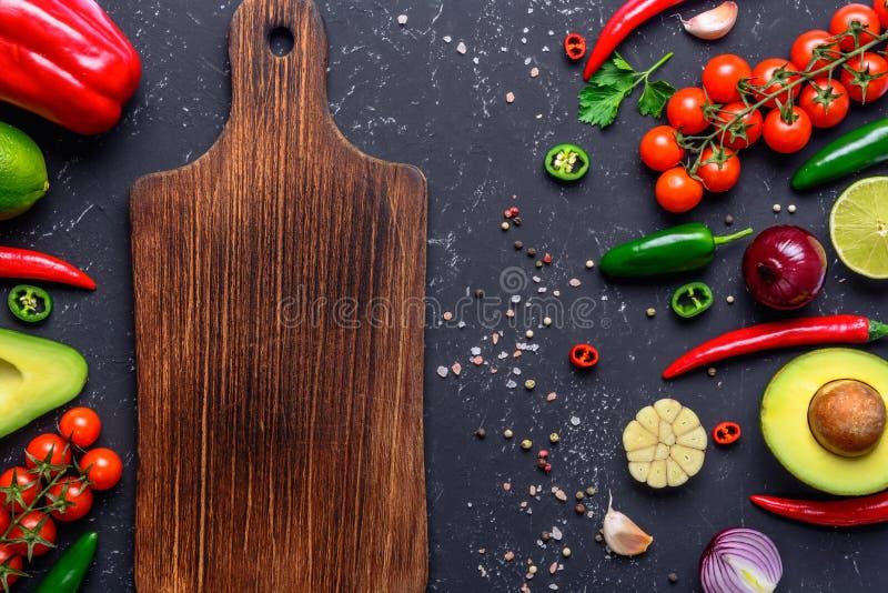 Begrepp av att laga mat sund strikt vegetarianmat Skärbräda utvalda grönsaker, frukter, kryddor, örter för framställning av olika royaltyfria bilder