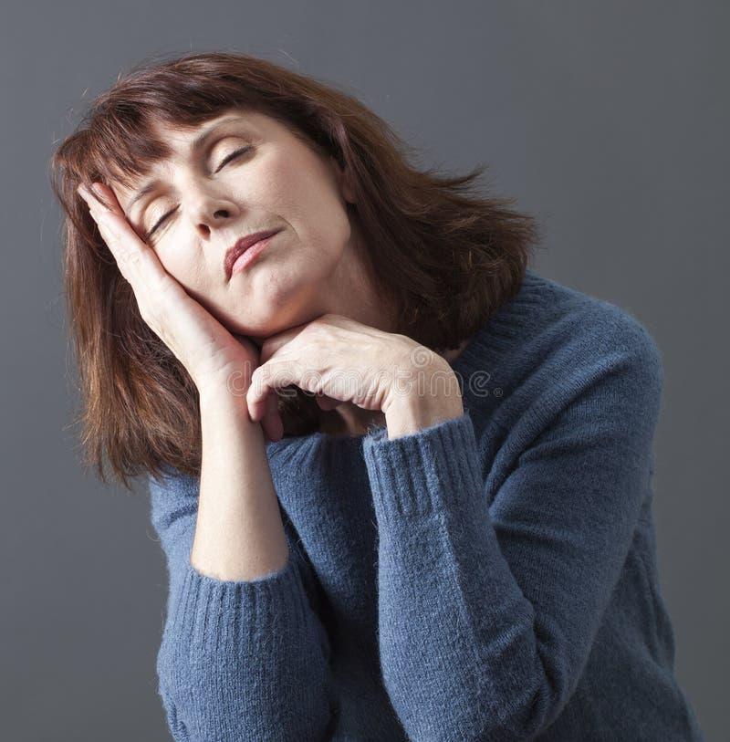 Begrepp av att ta sig en tupplur och att dagdrömma timmar för hög kvinna arkivfoto