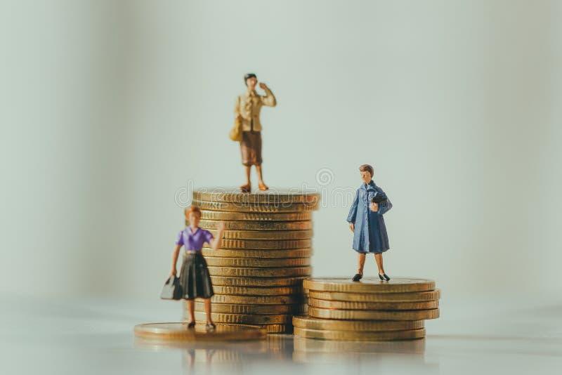 Begrepp av avgångpengarplanet och besparingtillväxt royaltyfri bild