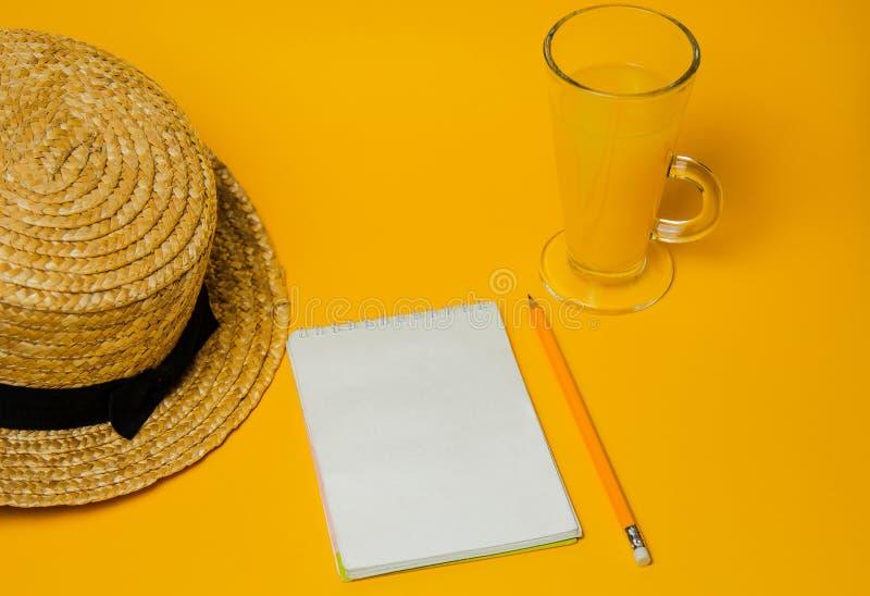 Begrepp av avkoppling och som törstar på stranden ett exponeringsglas av lemonad på en gul bakgrund med en sugrörhatt och en vit  fotografering för bildbyråer
