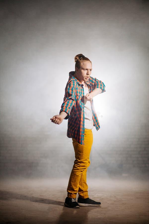 Begrepp av betydelsearmar i dans improvisation på gatan arkivfoton