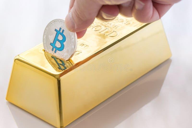 Begrepp av Cryptocurrency fysisk bitcoin med spargrisen för guld- guldtacka royaltyfri fotografi