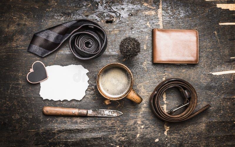 Begrepp av dagen av hans fader, en kopp kaffe, band, bälte, kniv, läderplånbok, ställetext på en vykort fotografering för bildbyråer