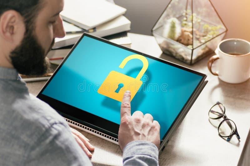 Begrepp av dataskydd som ?r f?rtroligt, n?tverkss?kerhet i reng?ringsduk fotografering för bildbyråer