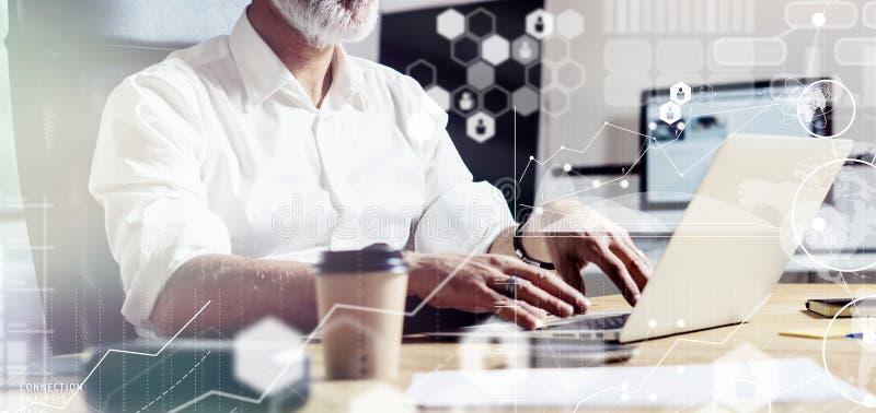 Begrepp av den digitala skärmen, den faktiska symbolen, diagrammet, grafen och manöverenheter Mellersta ålderkontochef som bär en royaltyfri fotografi