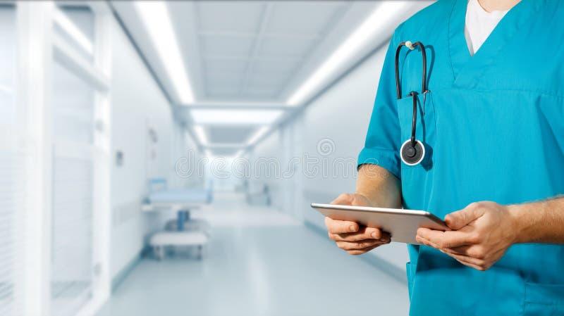 Begrepp av den globala medicin och sjukvården Doktorn rymmer den digitala minnestavlan Diagnostik och modern teknologi i klinik royaltyfri foto