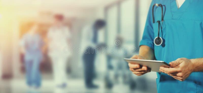 Begrepp av den globala medicin och sjukvården Doktorn rymmer den digitala minnestavlan Diagnostik och modern teknologi i sjukhus arkivfoton