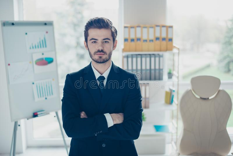 Begrepp av den lyckade unga säkra affärsmannen koncentrerat arkivbild